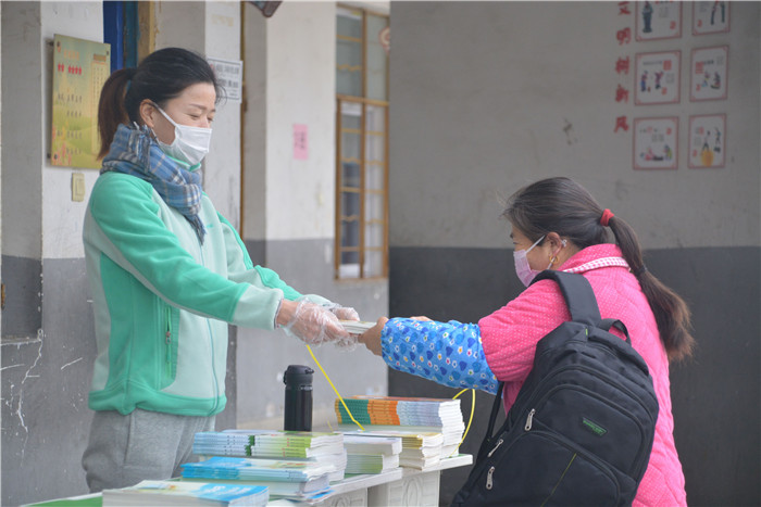 盱眙县维桥中心小学圆满完成2020年春季教材发放工作